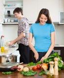 Mężczyzna i kobieta robimy gościowi restauracji dla on Zdjęcie Stock