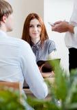 Mężczyzna i kobieta robimy rozkazowi przy kawiarnią Zdjęcia Royalty Free