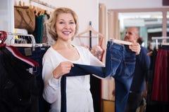 Mężczyzna i kobieta robimy zakupy przy sklepem zdjęcie stock