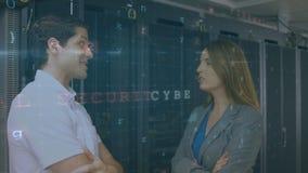 Mężczyzna i kobieta rozmawiający w serwerowni z ruchomymi wiadomościami o ochronie zbiory