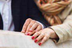 Mężczyzna i kobieta trzyma each s ` inne ręki Zdjęcie Stock