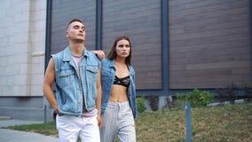 Mężczyzna i kobieta ubieraliśmy w przypadkowym ulica stylu spacerze na ulicie zbiory wideo