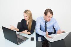Mężczyzna i kobieta w biurze dla notatników Fotografia Royalty Free