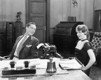 Mężczyzna i kobieta w biurze flirtuje z each inny (Wszystkie persons przedstawiający no są długiego utrzymania i żadny nieruchomo Zdjęcia Royalty Free