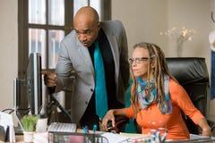 Mężczyzna i kobieta w Kreatywnie biurze obrazy royalty free