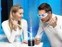 Mężczyzna i kobieta w laboratorium Zdjęcie Royalty Free