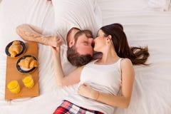 Mężczyzna i kobieta w ranku śniadaniu w łóżku obraz stock