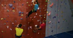 Mężczyzna i kobieta wspinaczkowy puszek sztuczna ściana przy bouldering gym 4k zdjęcie wideo