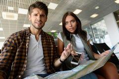 Mężczyzna i kobieta wybiera miejsce miejsce przeznaczenia obraz royalty free