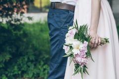 Mężczyzna i kobieta z bukieta zakończeniem up Zdjęcie Stock