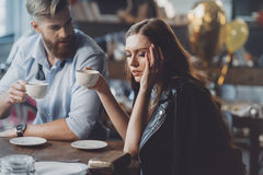 Mężczyzna i kobieta z kawą w upaćkanym pokoju Obrazy Stock