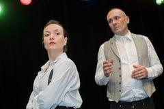 Mężczyzna i kobiety aktorzy wykonuje na scenie obrazy royalty free