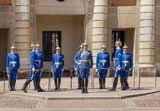 Mężczyzna i kobiety Królewscy strażnicy zmienia żołnierzy w mundurach i srebro hełmów na kwadracie Stary miasteczko Obraz Stock