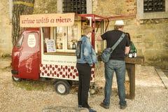 Mężczyzna i kobiety kupienia wino od małego kramu lokalizować w St George ` obraz stock