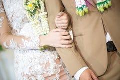 Mężczyzna i kobiety mienia ręki w ślubnej ceremonii Zdjęcia Stock