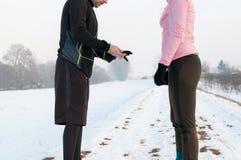 Mężczyzna i kobiety narządzanie dla biegać na zima dniu Obraz Stock