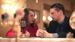 Mężczyzna i kobiety opowiadać zbiory wideo