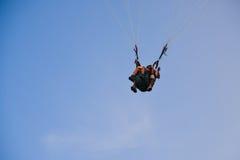 Mężczyzna i kobiety paragliding Zdjęcie Royalty Free