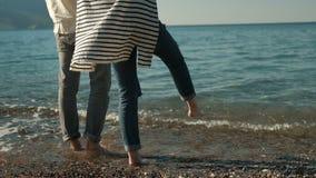Mężczyzna i kobiety pozycja na plaży z szkła czerwonym winem w lecie zbiory wideo