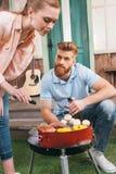 Mężczyzna i kobiety prażaka warzywa i mięso Fotografia Royalty Free
