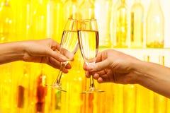 Mężczyzna i kobiety ręki trzyma szampańskich szkła Zdjęcie Royalty Free