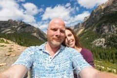 Mężczyzna i kobiety selfie w górach zdjęcia royalty free