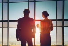 Mężczyzna i kobiety spojrzenie przy miastem zdjęcia stock