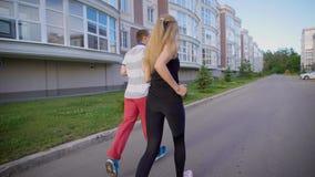 Mężczyzna i kobiety spotkanie przy ulicą, powitanie each inny z pięścią wpadać na siebie zbiory wideo