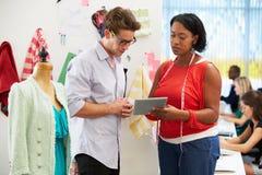 Mężczyzna I kobiety spotkanie W moda projekta studiu zdjęcie stock