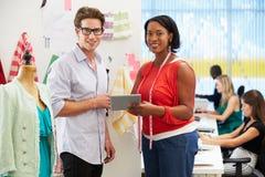 Mężczyzna I kobiety spotkanie W moda projekta studiu zdjęcia stock