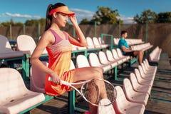 Mężczyzna i kobiety sztuki tenisowe na na wolnym powietrzu Obrazy Stock