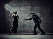 Mężczyzna i kobiety tancerze, betonowego budynku otoczenia Obraz Stock