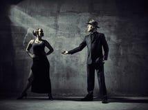 Mężczyzna i kobiety tancerze, betonowego budynku otoczenia Obraz Royalty Free