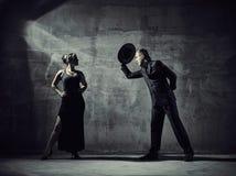 Mężczyzna i kobiety tancerze, betonowego budynku otoczenia Obrazy Stock