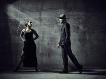 Mężczyzna i kobiety tancerze, betonowego budynku otoczenia Obrazy Royalty Free