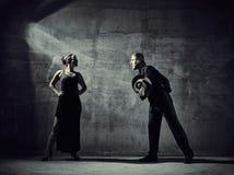 Mężczyzna i kobiety tancerze, betonowego budynku otoczenia Zdjęcie Royalty Free
