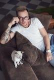 Mężczyzna i kot w domu Orientalny Shorthair pets kot Zdjęcia Royalty Free