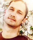Mężczyzna i kwitnący drzewo Fotografia Royalty Free