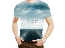 Mężczyzna i latanie samolot w niebie obrazy royalty free