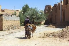 Mężczyzna i osioł w Kharanagh wiosce, Iran Obrazy Royalty Free