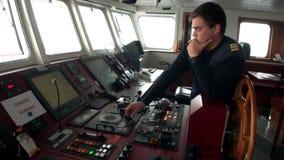 Mężczyzna i pulpit operatora badawcza wyprawa wysyłamy naczynie Antarctica ocean zbiory