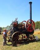 Mężczyzna i stary parowy ciągnik Obraz Royalty Free