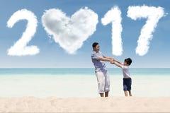 Mężczyzna i syn bawić się przy wybrzeżem z 2017 Fotografia Royalty Free