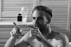 Mężczyzna i wymagająca twarz wskazuje palce Płeć i erotyki pojęcie: facet w łazience z zaangażowanym spojrzeniem obrazy stock