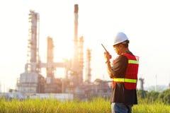 Mężczyzna inżynier przy elektrownią, Zdjęcia Stock