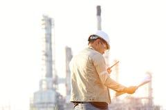Mężczyzna inżynier przy elektrownią, Zdjęcie Royalty Free