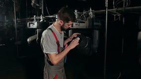 Mężczyzna inżynier wyciera obiektyw w scenicznym świetle zdjęcie wideo