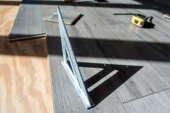 Mężczyzna instaluje konstruuję laminata drewna floring salowy fotografia royalty free