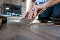 Mężczyzna instaluje konstruuję laminata drewna floring salowy zdjęcie royalty free