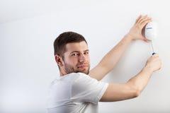 Mężczyzna instaluje system bezpieczeństwa Obraz Stock